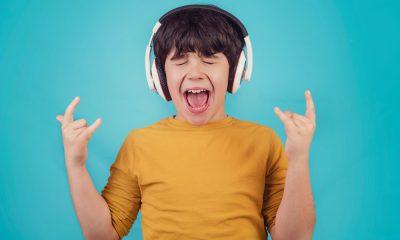 Kind hört Rockmusik